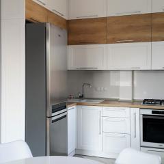 Кухня белая с деревянными вставками