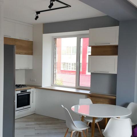 Кухня біла з дерев'яними вставками