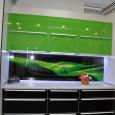 Кухня с стеклянными фасадами из лакобеля и алюминия